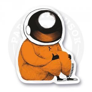 Космонавт обнимает коленки<br>